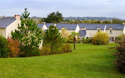 A garden outside Lagrange Vacances Le Hameau De Peemor Pen