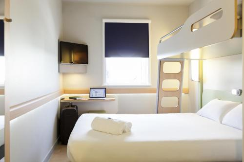 A bed or beds in a room at ibis budget Hotel Edinburgh Park