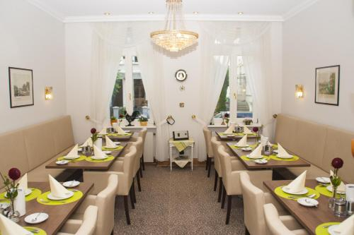 A restaurant or other place to eat at Hotel Haus Berlin
