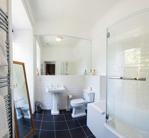 A bathroom at Glen Mhor Hotel
