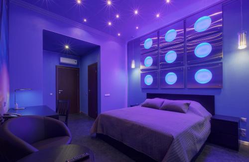 Кровать или кровати в номере Artefact