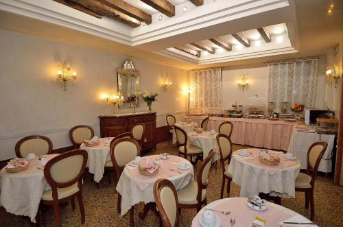 A restaurant or other place to eat at Hotel Da Bruno