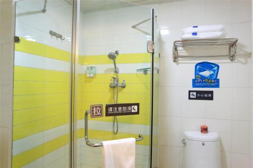 A bathroom at 7Days Inn Guangzhou Tianhe Yantang Yue Ken Road