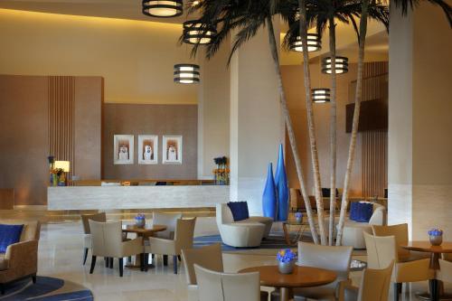 Majoituspaikan Mövenpick Hotel Jumeirah Beach ravintola tai vastaava paikka