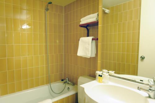 A bathroom at Newhotel Saint Lazare