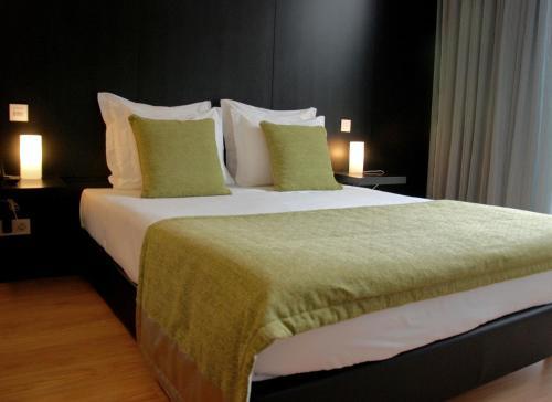 A bed or beds in a room at Quinta De Casaldronho Wine Hotel