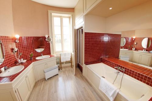 A bathroom at Château de Nieuil, The Originals Collection (Relais du Silence)