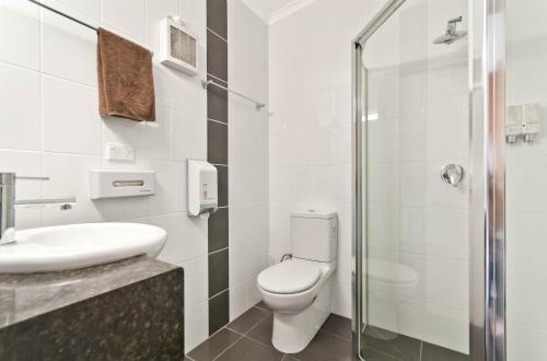 A bathroom at William Dutton Motel