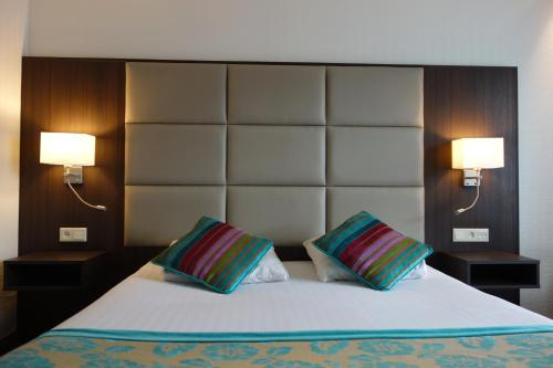 A bed or beds in a room at Hotel Middelburg