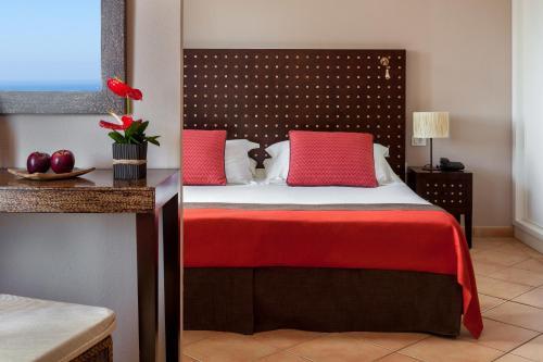 Een bed of bedden in een kamer bij Seaside Sandy Beach