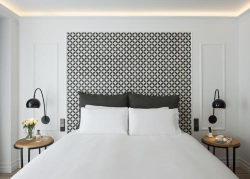 A bed or beds in a room at Serras Barcelona