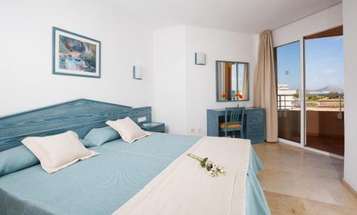 Een bed of bedden in een kamer bij Aparthotel Dunes Platja