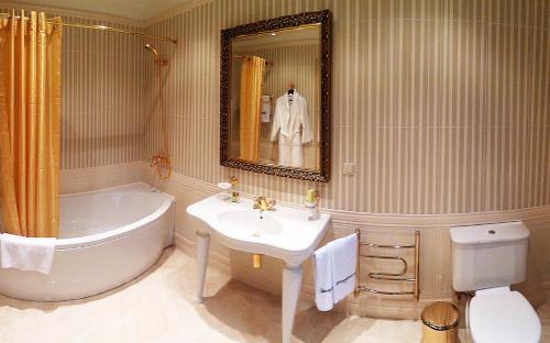 A bathroom at Hotel Zagorodny Ochag
