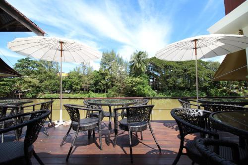 A balcony or terrace at Baan Luang Rajamaitri Historic Inn