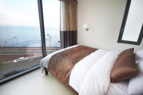 A bed or beds in a room at Vista Resort Jeju