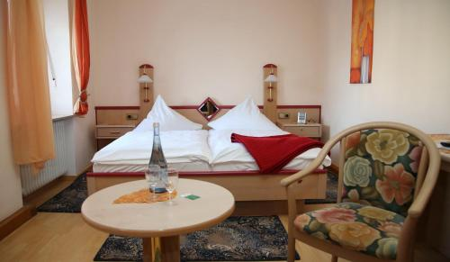 A bed or beds in a room at Gasthaus-Pension Islekhöhe Gansen