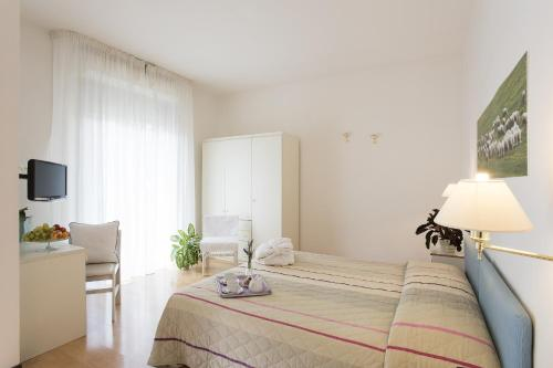 A bed or beds in a room at Hotel Angiolino