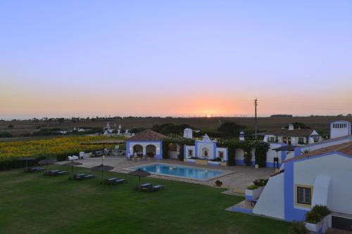 Uma vista da piscina em Herdade Do Touril ou nas proximidades