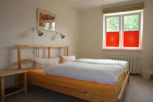 A bed or beds in a room at Pension Am Waldesrand