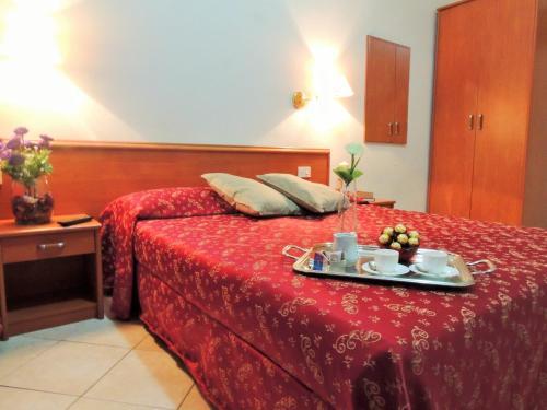 Ein Bett oder Betten in einem Zimmer der Unterkunft Florida rooms - comfort Hotel
