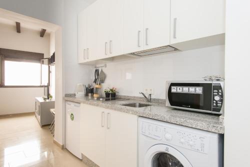Una cocina o zona de cocina en Apartmentos Plaza Nueva