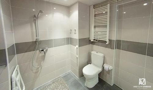 A bathroom at Hôtel Jarry Confort