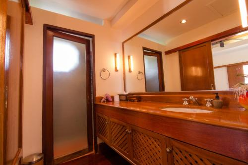 A bathroom at Baan Thai Lanta Resort