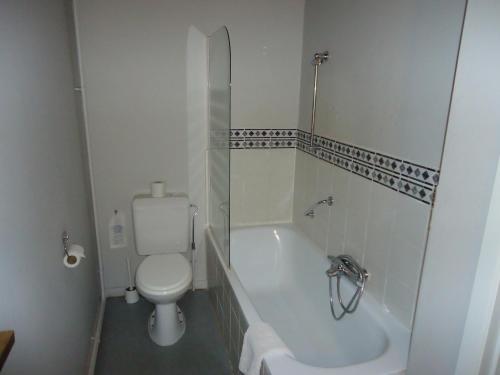 A bathroom at Erasmus Hotel