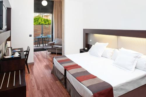 A bed or beds in a room at Catalonia Port