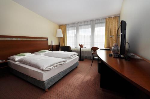 A bed or beds in a room at Hansa Apart-Hotel Regensburg