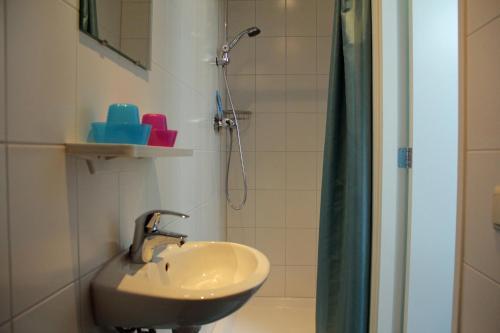 A bathroom at Dorpslogement Pieterburen