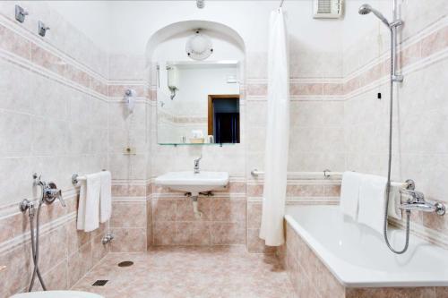A bathroom at Hotel Alessandra