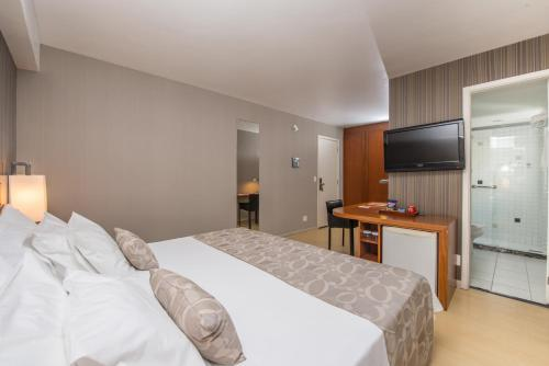 A bed or beds in a room at Promenade Palladium Leblon