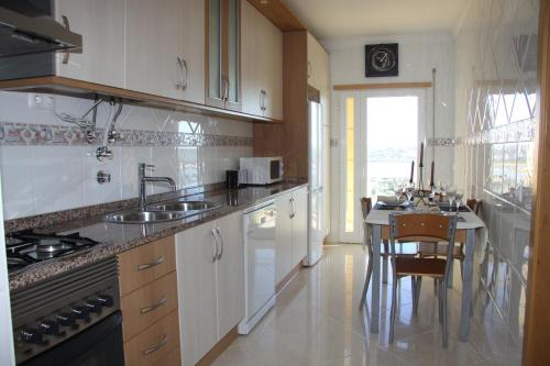 A kitchen or kitchenette at Apartamento Arade Portimao