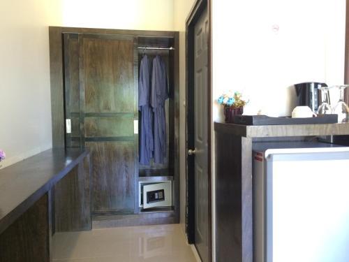 Küche/Küchenzeile in der Unterkunft Kathalee Beach Resort & Spa