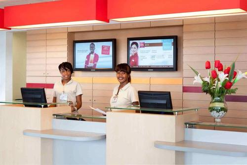 The lobby or reception area at Ibis Bata