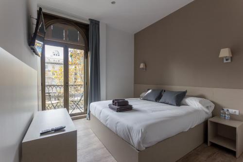 A bed or beds in a room at Hostalin Barcelona Passeig de Gràcia