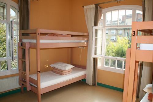 A bunk bed or bunk beds in a room at Albergue Juvenil Ondarreta