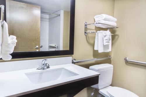 A bathroom at Grand Oaks Hotel