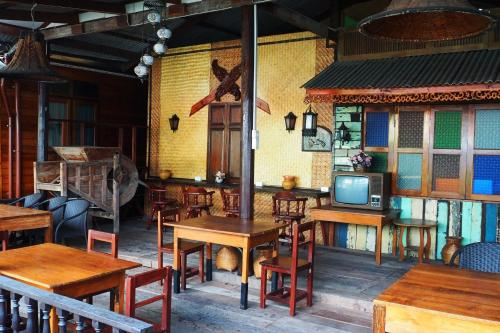 A restaurant or other place to eat at Kaloang home
