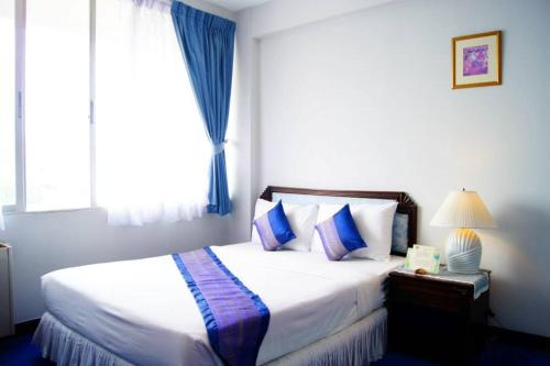 Cama ou camas em um quarto em The International Hotel Chiang Mai - YMCA
