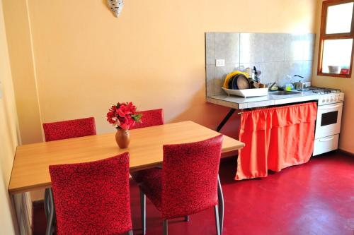 A kitchen or kitchenette at Hostal Benjamin