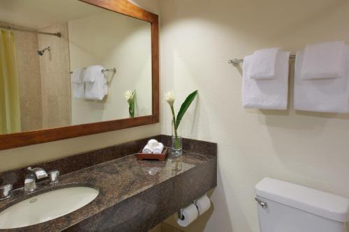 A bathroom at Luana Waikiki Hotel & Suites