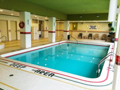 The swimming pool at or near The Oakes Hotel Overlooking the Falls