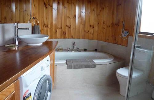 A bathroom at The Boomerangs at Johanna