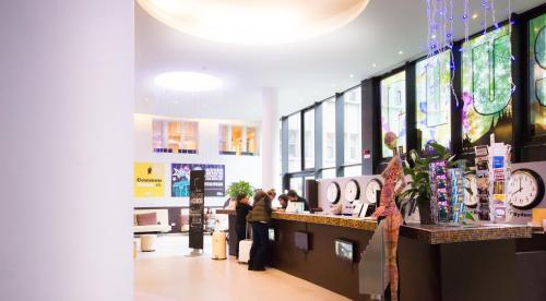 The lobby or reception area at PLUS Berlin Hostel und Hotel