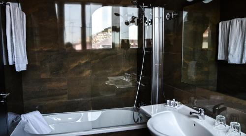 A bathroom at Rossio Garden Hotel