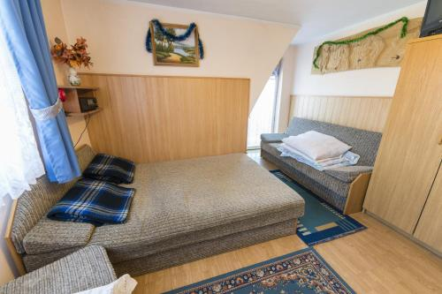 A bed or beds in a room at Domek Pod Reglami