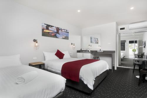 A bed or beds in a room at Merewether Motel