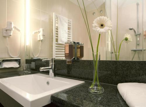 A bathroom at IntercityHotel Mannheim